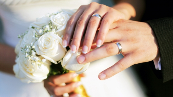 wedding-couple-ring-on-hands-with-white-roses-wallpaper_1922586554